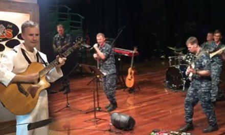 "Jangan Terkejut, Askar Marin AS Nyanyi Lagu "" Assalamualaikum Ustazah"""