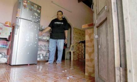 Anak Terkena Peluru Sesat Ketika Makan Di Dapur