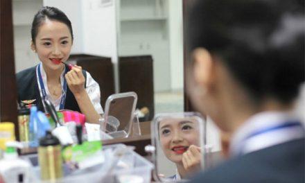 Tambat Hati Penumpang Dengan Senyuman, Wanita Ini Dinobatkan Sebagai Pramugari Paling Cantik Di Dunia