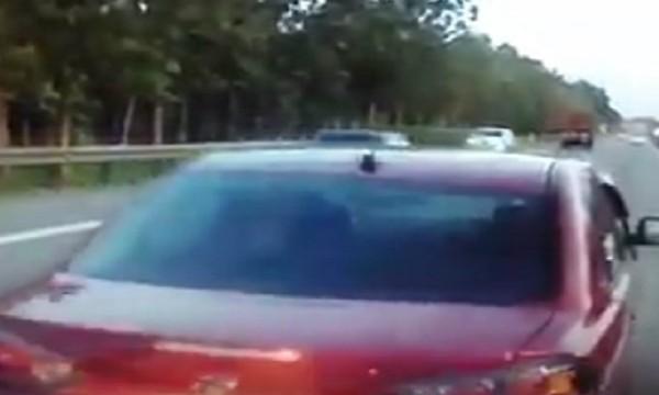 Pemandu tiba-tiba undur kereta di tengah lebuh raya