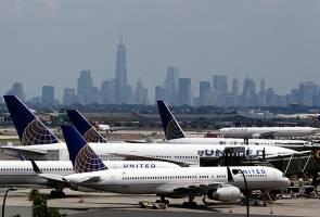 Bakal pengantin baru pula diarah keluar dari pesawat United Airlines