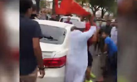[VIDEO] Dipukul gara-gara bunyikan hon bertalu-talu semasa orang ramai solat Jumaat