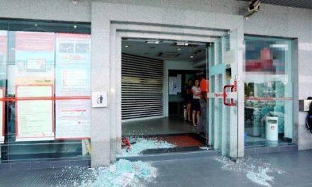 Khianat pecah pintu cermin tempat ATM