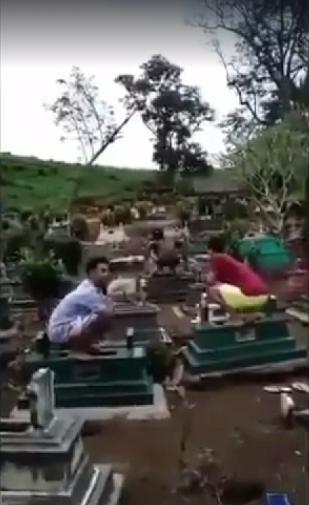 Macam Beruk, Netizen Kecam Aksi Biadab Remaja Menari Atas Kubur