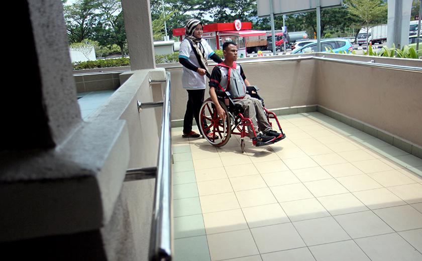 Laluan pejalan kaki/ramp dibina bagi memudahkan pengguna berkerusi roda - Gambar hiasan