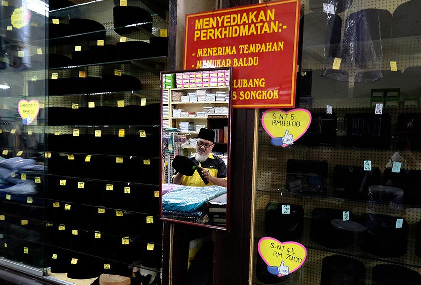 Antara songkok yang sudah siap untuk pelanggan-pelanggan di kedai Pak Mail. - Bernama